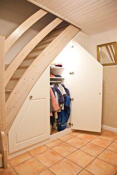Indbygget skab under trappen på specialmål med god plads til overtøj