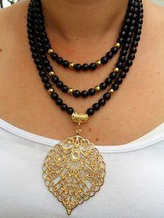 Collar tres tiempos en piedra fósil, balines en acero y dije en zamak. Pearl Jewelry, Bridal Jewelry, Jewelery, Silver Jewelry, Beaded Earrings, Beaded Jewelry, Jewelry Necklaces, Diamond Necklaces, Jewelry Box