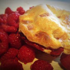 Café Rustique raspberry mini pie Mini Pies, Raspberry, French Toast, Breakfast, Food, Mini Pot Pies, Morning Coffee, Meal, Essen