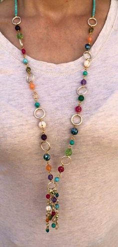 Collar con cristales y piedras de colores y cadena de aluminio