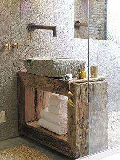 4 pièces de bois pris à la scierie, une vasque carré en pierre, un robinet mural, pour un plan vasque de salle de bain zen