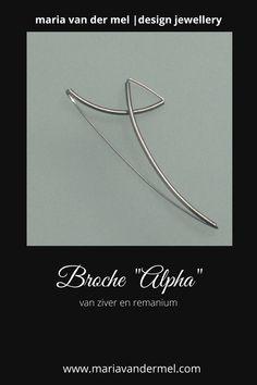 Moderne zilveren broche van zilver en remanium. Mooi strak design uit mijn collectie Dutch Design Sieraden. De zilveren broche wordt vastgezet met de remaniumdraad en valt mooi plat op de kleding. ------- #zilver #zilverenbroche #modernebroche #broche #DutchDesignSieraden #DutchDesign