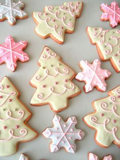 Pretty Christmas Cookies by Glorious Treats - Galletas Navidad Cute Christmas Cookies, Christmas Sweets, Christmas Cooking, Holiday Cookies, Holiday Treats, Christmas Goodies, Snowflake Cookies, Christmas Biscuits, Pink Christmas