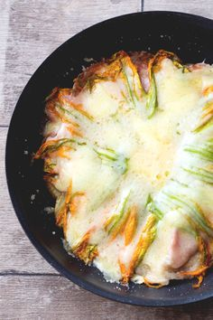 Tortino di patate in padella: tanti strati di pura bontà!  [Potatoes, ham, cheese and courgette flowers tart in a pan]