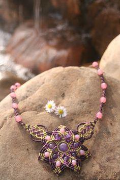 MANDALAS DE CUARZO ROSA   Mandala en tonos verdes y dorado             El mandala en verdes representa la naturaleza, el equilibrio, el crec...