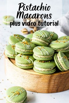 Pistachio Macarons with a Pistachio Cream Cheese Filling. Includes video on how to make these macarons and step-by-ste. Macaron Cake, Macaroon Cookies, Shortbread Cookies, Macaron Filling, Jelly Cookies, Baby Cookies, Flower Cookies, Heart Cookies, Easter Cookies