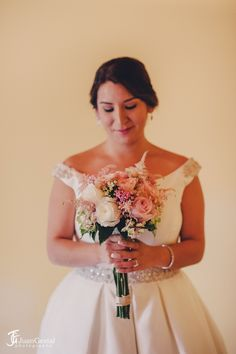 Novias románticas, novias rústicas, vestido de princesa, ramo de peonias, astilbe, rosas