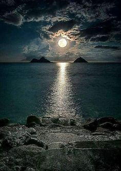 4 day ago the full moon. Beautiful Sky, Beautiful Landscapes, Beautiful Places, Shoot The Moon, Moon Photography, Good Night Moon, Night Sea, Moon Art, Amazing Nature