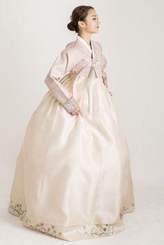청담 한복 맞춤,한복대여를 한번에 Korean Traditional Dress, Traditional Wedding Dresses, Traditional Fashion, Traditional Outfits, Korean Hanbok, Korean Dress, Hanbok Wedding, Korean Design, Culture Clothing