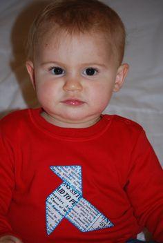 Camiseta infantil con Pajarita de papel bordada a mano. www.bolitababy.com
