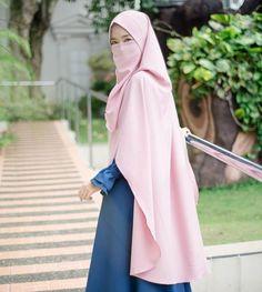 ahkan yang terlihat kuat pun harus ada yg menguatkan . Bahkan yang terlihat bersemangat pun harus terus disemangati . Bahkan yang dianggap Arab Girls Hijab, Girl Hijab, Face Veil, Muslim Beauty, Inspirational Quotes Pictures, Hijab Chic, Beautiful Hijab, Niqab, Hijab Fashion