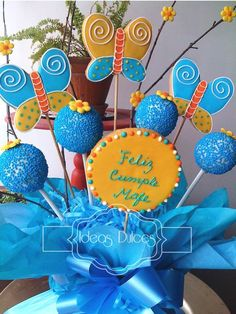 Detalle arreglo de galletas de mariposa y cake pops para el cumple de Mafe