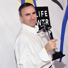 Креативный директор @calvinklein Раф Симонс стал лучшим женским и мужским дизайнером года на вчерашний церемонии CFDA Awards. Интересно что единственным дизайнером за всю историю вручения премии который удостаивался чести получить две ключевые награды был сам Кельвин Кляйн в 1993 году. #rafsimons #calvinklein #cfda #harpersbazaar #harpersbazaarukraine  via HARPER'S BAZAAR UKRAINE MAGAZINE OFFICIAL INSTAGRAM - Fashion Campaigns  Haute Couture  Advertising  Editorial Photography  Magazine…