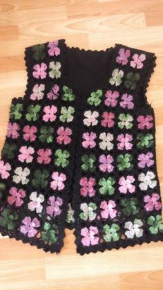 Pattern of a vest with crochet motif Crochet Jacket, Crochet Poncho, Crochet Granny, Crochet Motif, Crochet Stitches, Crochet Baby, Baby Knitting Patterns, Crochet Flower Patterns, Crochet Designs