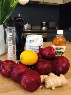 Et sursøtt og crispy tilbehør som kan stå i kjøleskapet lenge og gjøre alt fra salater til brødskiver til en fest! Lets party! (kommer til å angre på at jeg skrev det siste der) Du trenger: 4 stk rødløk 1dl Eplecidereddik 2dl sukker 3dl vann Ingefær sitron Salt og pepper Slik gjør du det: 1. … Tapas, Food Porn, Food And Drink, Vegan, Recipes, Rezepte, Recipe, Cooking Recipes