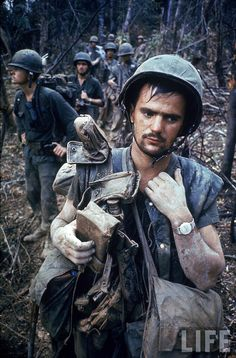 Dirty, exhausted looking US Marine on patrol with his squad near the DMZ during the Vietnam War, by Larry Burrows 1966 Historia Universal, Vietnam War Photos, Vietnam Veterans, Military History, Military Photos, Cold War, World History, Usmc, American History