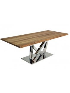 ++Eclettismo+nell'uso+dei+materiali+è+il+punto+forte+del+design+di+questo+tavolo.+I+piedi+rivestiti+in+acciaio+inox+e+robusti+tengono+conto+delle+esigenze+della+piana+di+rovere.++