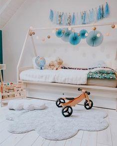 Kusový koberec Puffy Dream ve tvaru mráčku je skvělým společníkem do všech dětských pokojů. Díky příjemné měkké barvě, vysoké kvalitě a nízké hmotnosti se jedná o pěkný a zároveň praktický koberec.  Kusový koberec 👉Ručně tkaný kusový koberec Puffy Dream 👈  Součástí koberce je i malý poštářek vyplněný 100% polyesterem. Bavlněný koberec Puffy Dream byl ručně utkán přímo v Indii a lze ho bez problémů vyprat v pračce. Jeho údržba je tak velmi snadná, což je u koberců pro děti jeden z… Baby Strollers, Toddler Bed, Children, Furniture, Home Decor, Kids, Baby Prams, Room Decor, Prams