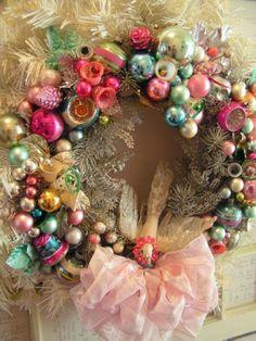 Té leuk toch? Een bonte verzameling 'vintage' kerstballen en ornamenten op een krans.