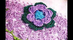 Guardanapo com flor de lacrinho, bico de crochê meio circulo