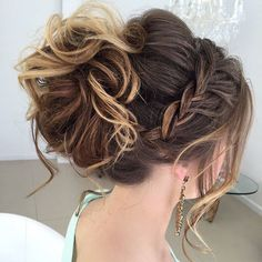 40 Most Delightful Prom Updos for Long Hair in 2017 Messy Curled Updo With A Braid Easy Updos For Medium Hair, Medium Hair Cuts, Medium Hair Styles, Short Hair Styles, Updo For Long Hair, Prom Hair Medium, Updos For Medium Length Hair, Medium Curly, Fancy Hairstyles
