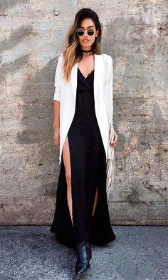 Street style look com slipdress longo e blazer branco.