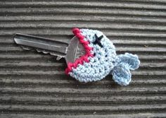 Dead Fish crochet key cover - I find this cute for some reason Crochet Home, Love Crochet, Crochet Gifts, Diy Crochet, Crochet Flowers, Crochet Fish, Funny Crochet, Crotchet, Crochet Things