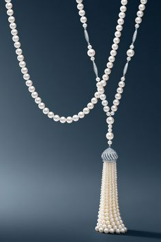 A pearl necklace from The Great Gatsby Collection. O Grande Gatsby, Pearl Jewelry, Jewelry Necklaces, Jewellery, Bridal Jewelry, Vintage Jewelry, Tassel Necklace, Pearl Necklace, Tiffany Necklace