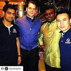 Henry Cavill posa com fãs em um restaurante em Londres ontem, IG @rijuchacko. #henrycavill #themanfromuncle #NapoleonSolo #oagentedauncle #CrazyForHenryCavill #wbpictures #wbpictures_br