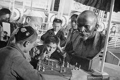 Школьники играют в шахматы перед бюстом В. Ленина.Всесоюзный судья