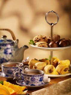 Unul dintre produsele noastre emblematice, High Tea-ul te imbie sa te rasfeti cu un platou supra-etajat, cu doua portii de bruschette, bomboane delicioase si fructe proaspete insotit de doua ceaiuri la alegere.