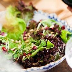 Salaatissa maistuvat pinjan- ja seesaminsiemenet.