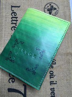 贅沢に2mm厚の栃木レザーの高級本革に草原グリーンのグラデーションを染色して、独特のアンティーク感を生み出した本革のブックカバーです。グラデーションの上にスタ...|ハンドメイド、手作り、手仕事品の通販・販売・購入ならCreema。