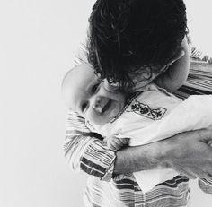 Amassar o bebê é muito amor