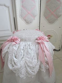 This week I finished a few consignments, first a Moses basket covered with crisp linen and a blue silk double bow. Shabby Chic Bedrooms, Shabby Chic Homes, Shabby Chic Furniture, Vintage Shabby Chic, Shabby Chic Style, Sewing Projects, Diy Projects, Stool Covers, Shaby Chic