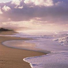 """YO POR SI ACASO ESCRIBO MI EPITAFIO: El tiempo -esa ficción- midió el engaño / su nombre -""""flatus vocis""""- fue el de Alberto / nació -ellos dicen- el día 6 de Mayo… / duró tal sueño tan sólo algunos años; / desperezó para ir hacia otro sueño / (ojalá no, y que haya despertado)… // una ola en el océano de vida / rindió su espuma al fin sobre la playa / y restos de materia aquí en cenizas esperan… (Ver más ➦)…"""