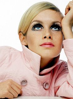 Twiggy, fashion images Wedding Hair and makeup Inspiration from Pa. - Vintage hair and Make-up - Eye Makeup Estilo Twiggy, Estilo Retro, Sixties Fashion, Retro Fashion, Vintage Fashion, Fashion Images, Fashion Models, Fashion Pictures, Fashion Fashion