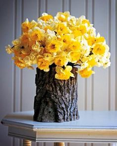 Gorgeous Spring Floral Arrangement Ideas For Your Home, The arrangement needs to be asymmetrical overall. Turn the vase and add flowers so that it looks full. Easy as that, in only a few minutes time you've. Diys, Deco Floral, Deco Table, Ikebana, Diy Projects To Try, Log Projects, Glass Jars, Glass Table, Floral Arrangements