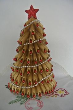 Make noodle pasta christmas trees for a christmas craft with the kids! Unique christmas art project to make. Diy Christmas Paper Decorations, Christmas Art Projects, Christmas Centerpieces, Christmas Crafts For Kids, Christmas Fun, Holiday Crafts, Christmas Ornaments, Pasta Crafts, Homemade Crafts