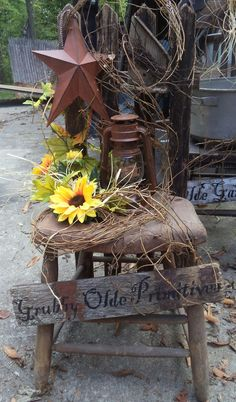 Dekoration Mais Old chair with grapevine, star fall and lantern Prim Decor, Rustic Decor, Farmhouse Decor, Primitive Decorations, Rustic Chair, Primitive Homes, Primitive Crafts, Primitive Country, Country Crafts