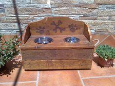 Comedero perros medianos2 , construido en madera de palet. Medidas 50 x 23 x17 cm (cajón), respaldo13 cm de altura.