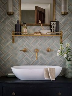 6 Tipps, um Ihre Badezimmer Renovierung Look Amazing 6 Tips to Make Your Bathroom Renovation Look Amazing brush Bad Inspiration, Bathroom Inspiration, Interior Inspiration, Green Traditional Bathrooms, Traditional Mirrors, Traditional Furniture, Modern Traditional, Glitter Grout, Gold Glitter