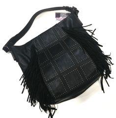 b23a4f565 Bolso negro imitación piel con tachuelas y flecos negros de ante. Cierre  principal con cremallera
