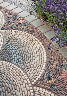 The Best 17 Extraordinary Mosaic Garden Path Design Ideas To Your Garden Beautiful If you have a garden in your home, and the park is large enough, then you definitely have a garden path that you should pay attention to this time. Mosaic Stepping Stones, Pebble Mosaic, Mosaic Diy, Pebble Art, Mosaic Ideas, Mosaic Projects, Garden Projects, Pebble Garden, Garden Tiles