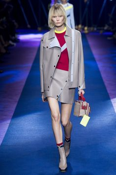 See all the Collection photos from Versace Spring/Summer 2017 Ready-To-Wear now on British Vogue Men Fashion Show, Fashion Week, Star Fashion, Fashion Outfits, Versace Fashion, Runway Fashion, Women's Fashion, Street Fashion, Fashion Design
