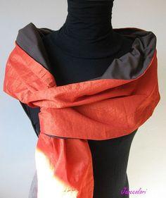 Dai un tocco di colore ed eleganza al tuo outfit con questo coprispalle-scialle-stola di taffetà arancione foderato con jersey marrone.  Un accessorio versatile per l'autunno/pr - 15940036