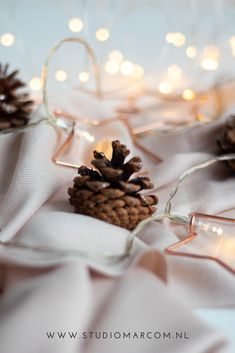 Flatlay Photography – Pine Cone – Christmas spirit Some flatlay photography inspiration for Christmas. Use pine cones and star christmas lights to create a warm look and feel. I used a beige scarf for the background. Flat Lay Photography, Photography Branding, Christmas Flatlay, Star Christmas Lights, Pinecone Garland, Woodland Forest, Coffee Art, Pine Cones, Spirit