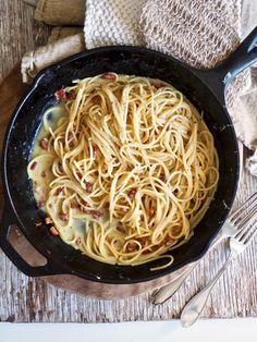 Klassisk spaghetti carbonara Spaghetti, Vinaigrette, Bacon, Deserts, Ethnic Recipes, Food, Desserts, Meal, Essen