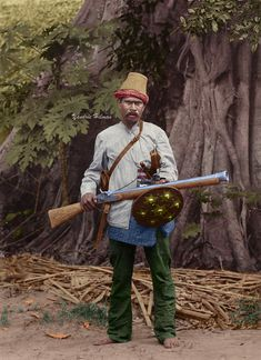 Colorized portrait of Acehnese war commander with his battle equipment. Action Pose Reference, Action Poses, Old Warrior, Dutch East Indies, Javanese, Cool Guns, Historical Pictures, History Facts, Military History