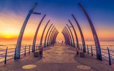 世界には何千もの大小さまざまな桟橋が存在し、個人所有のものもありますが観光地に様になっているものもあります。桟橋はデザインはもちろん建築物としても素晴らしく、桟橋の先からで眺める景色は最高です。そして世界中で最も美しい桟橋のリストというものがあります。 世界で一番長い桟橋、一番人気の桟橋、そして変わった桟橋を  建築, 絶景 アイディア・マガジン「wondertrip」